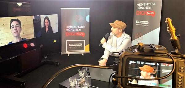 Über den Drosten-Podcast und maiLab-Berichte sprachen Korinna Hennig (l) und Melanie Gath mit Michael Praetorius (Foto: Medien.Bayern).